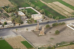 Die Kolosse von Memnon von der Luft Stockbilder