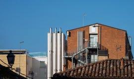 Die Kombination des Wohn- und Industriegebiets in der Stadt stockfoto