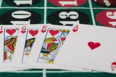 Die Kombination von Spielkarten auf Kasinotabelle Lizenzfreies Stockbild