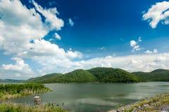 Die konkrete Verdammung ist eine vielseitige hydroelektrische Verdammung in Thailand stockfotos