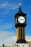 Die Kontrollturmborduhr, Brighton-Pier Stockbilder