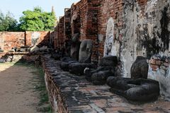 Die kopflosen Buddha-Statuen, die auf dem Sockel sitzen stockfotografie