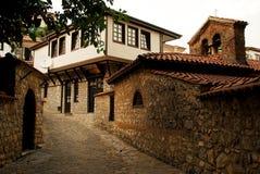 Die Kopfsteinstraße in Ohrid, Mazedonien Lizenzfreie Stockbilder