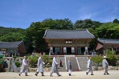 Die Koreanisch-buddhistischen Mönche, die in eine Linie gehen Pic wurde aroun genommen stockbilder