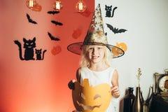 Die Kostüme der Kinder für die Feier von Halloween Glückliches lachendes Kind im Kostüm zu Halloween Glückliche Leute haben stockbilder