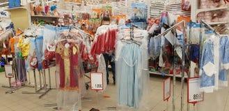 Die Kostüme der Kinder im Supermarkt stockfotografie