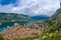 Die Kotor-Bucht, alten die Stadtdächer und der Hafen Adriatisches Seestrand Lizenzfreie Stockfotos