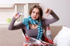 Die kranke junge Frau, die zu Hause leidet lizenzfreies stockfoto