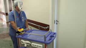 Die Krankenschwester geht hinunter den Korridor zum Patienten stock footage