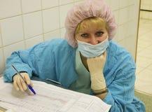 Die Krankenschwester mit einer Schablone auf Gesicht Lizenzfreies Stockbild
