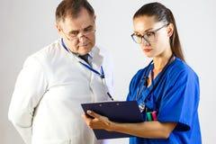 Die Krankenschwester zeigt dem Doktor die Ergebnisse des Patienten 'cen-Test lizenzfreie stockfotos