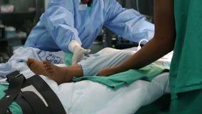 Die Krankenschwestern, die Raum des Krankenhausbetts vom in Kraft auf Bahrenrollbahre umziehen, gehen zum Wiederaufnahmebereich z stock video