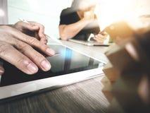 Die kreative Hand, die digitale Tablette bearbeiten und das Holz verwirrt mit Laptop Stockfotos