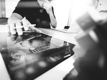 Die kreative Hand, die digitale Tablette bearbeiten und das Holz verwirrt mit Laptop Lizenzfreies Stockfoto
