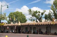 Die kreative Stadt von Santa Fe In New Mexiko mit seiner Vielzahl Galerien und Skulpturen und Gebäuden des luftgetrockneten Ziege Stockfoto