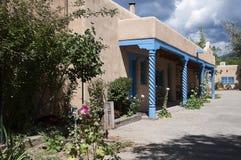 Die kreative Stadt von Santa Fe In New Mexiko mit seiner Vielzahl Galerien und Skulpturen und Gebäuden des luftgetrockneten Ziege Lizenzfreies Stockfoto