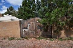 Die kreative Stadt von Santa Fe In New Mexiko mit seiner Vielzahl Galerien und Skulpturen und Gebäuden des luftgetrockneten Ziege Lizenzfreies Stockbild