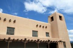Die kreative Stadt von Santa Fe In New Mexiko mit seiner Vielzahl Galerien und Skulpturen und Gebäuden des luftgetrockneten Ziege Stockbild