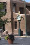 Die kreative Stadt von Santa Fe In New Mexiko mit seiner Vielzahl Galerien und Skulpturen und Gebäuden des luftgetrockneten Ziege Lizenzfreie Stockfotos