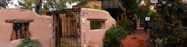Die kreative Stadt von Santa Fe In New Mexiko mit seiner Vielzahl Galerien und Skulpturen und Gebäuden des luftgetrockneten Ziege Stockbilder