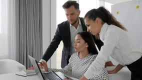 Die kreativen Arbeitskräfte, die wirtschaftliche Entwicklung im Büro, Arbeit im Team, Geistesblitz, erfolgreiches Team im Büro be stock footage