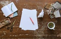 Die Kreativität und Inspiration Tischplatten sind, bereiten für das In Handarbeit machen vor stockbilder