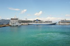 Die Kreuzschiffe mit Touristen sind im Hafen Lizenzfreie Stockfotografie