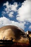 Die Kugel und der Himmel Stockfotografie