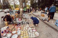 Die Kunden der Flohmarkts trocknen Brücke alte Küchengeräte und Retro- Andenken kaufend Lizenzfreie Stockfotografie
