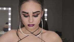 Die Kunst des Make-upmädchens mit schwarzen Augenbrauen stock video footage