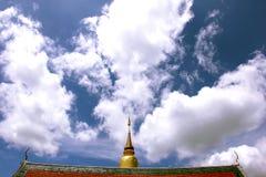 Die Kunst des thailändischen Tempels, Wat Phra That Hariphunchai gegen Blau Stockbild