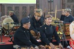 Die Kunst von Indonesier Gamelan-Spielern Stockbilder
