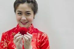 Die lächelnde chinesische Frau anhalten stieg Lizenzfreie Stockfotografie