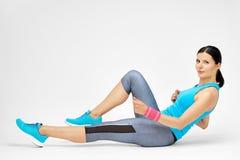 Die lächelnde Frau, die tut, pilates ausdehnend, trainiert an der Turnhalle Lizenzfreies Stockfoto