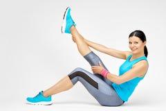 Die lächelnde Frau, die tut, pilates ausdehnend, trainiert an der Turnhalle Lizenzfreie Stockfotografie