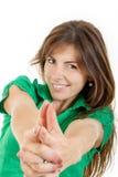 Die lächelnde junge Frau, die mit den Handfingern macht, unterzeichnen wie Schießen Stockfoto