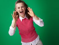 Die lächelnde Studentenfrau, die durch Megaphon schreit, formte Hände Lizenzfreie Stockfotografie