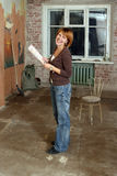 Die lächelnden jungen Frauen in unrepair Wohnung Lizenzfreie Stockbilder