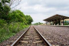 Die ländliche Bahnstation im somwhere von Thailand Stockfotos