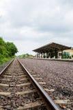 Die ländliche Bahnstation im somwhere von Thailand Stockbild
