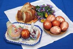 Die ländliche Zusammensetzung Ostern auf einer Tabelle Lizenzfreie Stockfotos