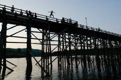 Die längste Holzbrücke in Sangkhla Buri, Kanchanaburi, Thaila Stockbild