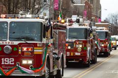 Die Löschfahrzeuge in der Parade St. Patricks Tages lizenzfreie stockfotos
