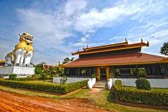 Die Löweabdeckungstatuen im siamesischen Tempel Lizenzfreies Stockfoto