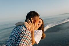 Die lachenden Paare, Seitenansicht Lizenzfreies Stockfoto