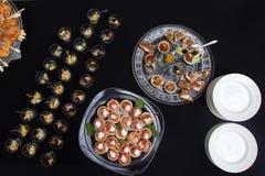 Die Lachsrollen, die mit Käse angefüllt wurden, besprühten Samen des indischen Sesams Geschossen von oben Stockfotos