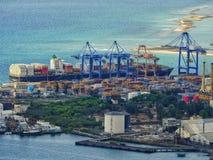 Die ladende Entleerung eines Frachtschiffs am Schiff-zuufer streckt sich Stockfotos