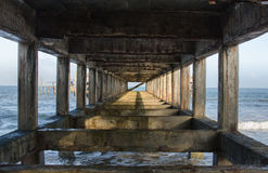 Die Lampe auf alter Zementbrücke Lizenzfreie Stockfotos