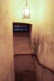 Die Lampe auf der Treppe im Kerker stockbild