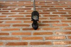 Die Lampe auf der Ziegelsteinwand lizenzfreie stockfotografie